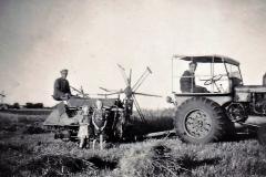 5 Kornhøst med traktor og selvbinder i Kirkevad 1949