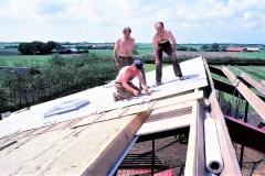 4. Horne Hallens loft-isolering og tag lægges op (2)