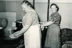 Mette Køks og Agnete Jensen klar med mel og kødboller 1953