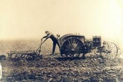 4-Traktor-fra-omkring-1930-med-3-fuget-plov