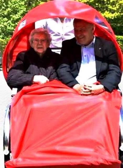 Laura Høy og Borgmester Erik Buhl Laura kan fejre sin 100 års fødselsdag den 10. marts 2016
